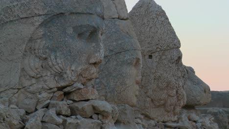 Die-Großen-Archäologischen-Ruinen-Auf-Dem-Gipfel-Des-Mt-Nemrut-Türkei