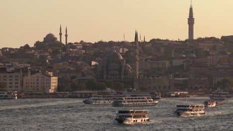 Barcos-Y-Transbordadores-Cruzan-El-Ajetreado-Bósforo-En-Estambul-Turquía