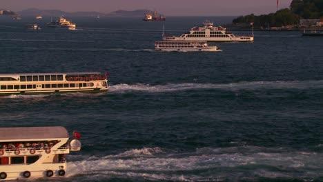 Barcos-Y-Ferries-Cruzan-El-Concurrido-Bósforo-En-Estambul-Turquía-1