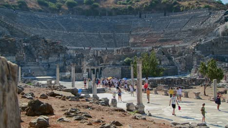 Los-Turistas-Caminan-Cerca-Del-Coliseo-De-Éfeso-Grecia