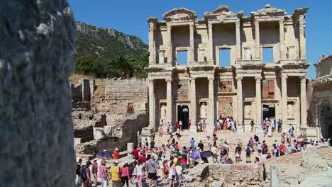 Los-Turistas-Caminan-Entre-Las-Ruinas-De-Éfeso-Turquía