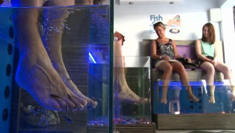 Fische-Knabbern-In-Einem-Fisch-Spa-In-Griechenland-An-Zehen-Und-Füßen-Der-Menschen-2