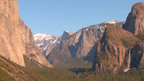 A-dramatic-overview-shot-from-a-viewpoint-of-Yosemite-National-park-2