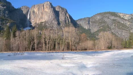 Yosemite-valley-and-national-park-in-snow-1