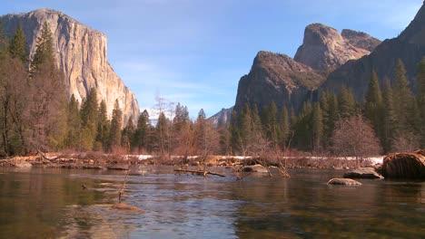 El-Río-Merced-Fluye-A-Través-Del-Parque-Nacional-De-Yosemite