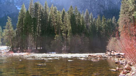 El-Río-Merced-Fluye-A-Través-Del-Parque-Nacional-De-Yosemite-1