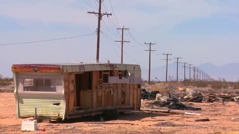 Un-Remolque-Abandonado-Se-Encuentra-En-Medio-Del-Desierto-De-Mojave