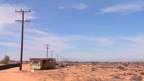 Un-Remolque-Abandonado-Se-Encuentra-En-Medio-Del-Desierto-De-Mojave-1
