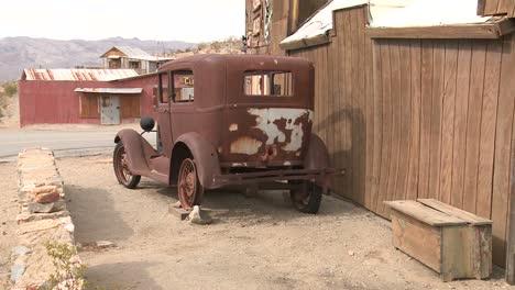 Un-Coche-Viejo-Se-Encuentra-En-La-Ciudad-Fantasma-De-Garlock-California