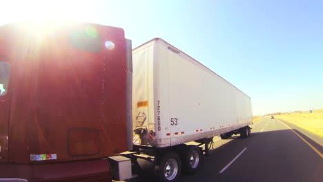 Ein-18-Wheeler-Truck-Bewegt-Sich-In-Dieser-POV-Aufnahme-Durch-Die-Wüste-1