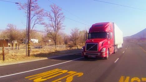 Un-Camión-Rojo-De-18-Ruedas-Se-Mueve-Por-El-Desierto-En-Esta-Toma-Pov-1