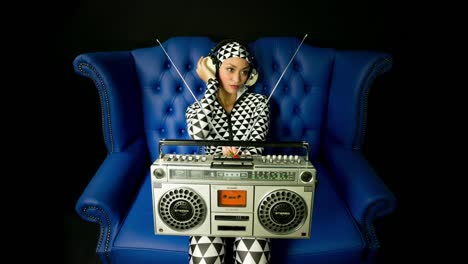 Mujer-Boombox-02