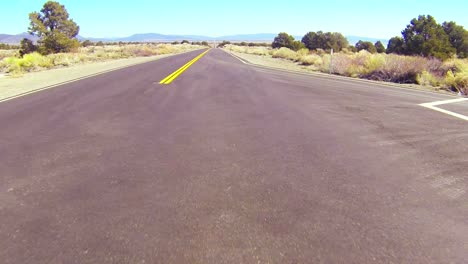 Tiro-Pov-A-Lo-Largo-De-Una-Carretera-Del-Desierto-Conduciendo-Rápido