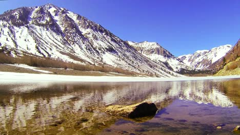 The-camera-moves-across-the-water-of-a-beautiful-alpine-lake