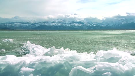 Ice-forms-on-the-shore-of-a-beautiful-mountain-lake-in-winter