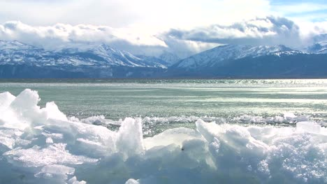 Ice-forms-in-time-lapse-on-the-shore-of-a-beautiful-mountain-lake-in-winter