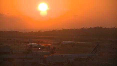 Aviones-Taxi-Al-Atardecer-O-Al-Amanecer-En-Un-Importante-Aeropuerto-Metropolitano