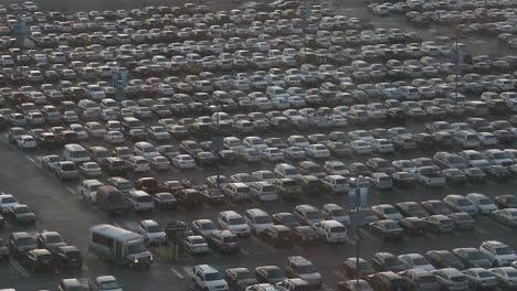 Tausende-Autos-Auf-Einem-überfüllten-Parkplatz-Parking