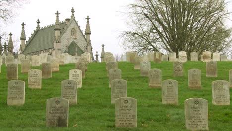 Un-Cementerio-Del-Siglo-XIX-Está-Enmarcado-Por-Una-Iglesia-En-Una-Colina-2