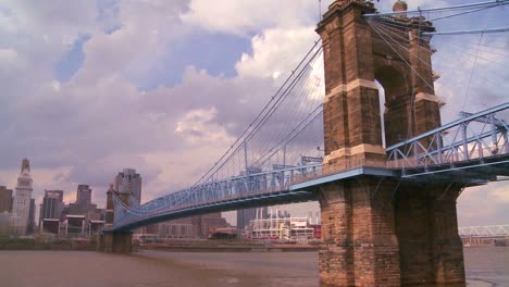 Un-Puente-Sobre-El-Río-Ohio-Conduce-A-Cincinnati-Ohio