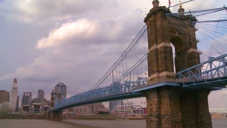 Un-Puente-Sobre-El-Río-Ohio-Conduce-A-Cincinnati-Ohio-1