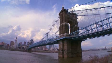 Un-Puente-Sobre-El-Río-Ohio-Conduce-A-Cincinnati-Ohio-En-Un-Lapso-De-Tiempo