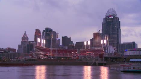 La-Noche-Cae-Sobre-Cincinnati-Mientras-Los-Barcos-Fluviales-Pasan-Por-El-Río-Ohio