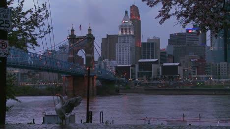 La-Noche-Cae-Sobre-Cincinnati-Mientras-Los-Barcos-Fluviales-Pasan-Por-El-Río-Ohio-3