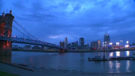 Pan-across-the-Ohio-Río-as-night-falls-on-Cincinnati