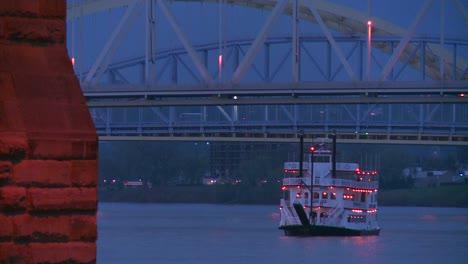 Un-Barco-Fluvial-Pasa-Por-Debajo-De-Los-Puentes-De-Cincinnati-En-El-Río-Ohio-1