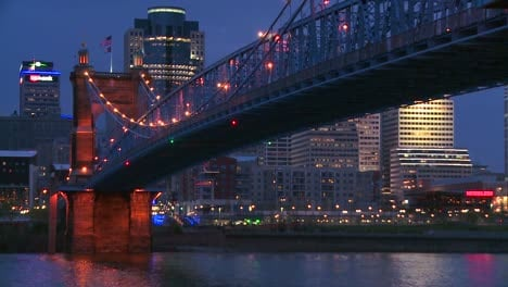 Night-with-the-Cincinnati-Ohio-skyline-background