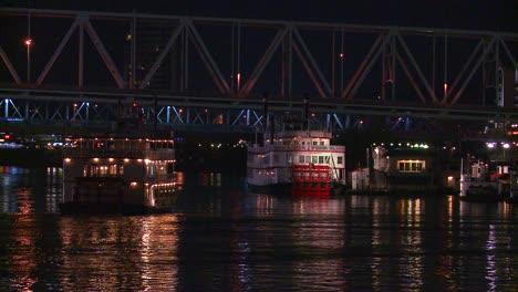 La-Luz-Se-Refleja-En-El-Río-Ohio-Con-El-Fondo-De-La-Ciudad-De-Cincinnati-Ohio-Como-Un-Barco-Fluvial-Pasa-Por-Debajo-De-2