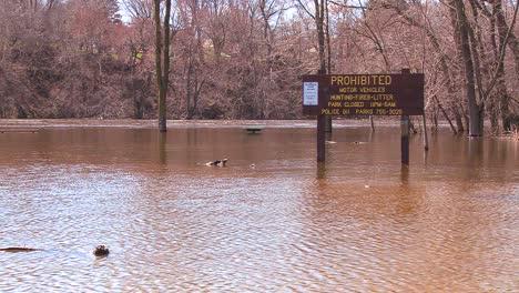 Ein-Park-Wird-Nach-Starken-Regenfällen-überflutet