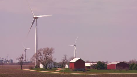 Giant-windmills-generate-power-behind-farms-in-the-American-midwest