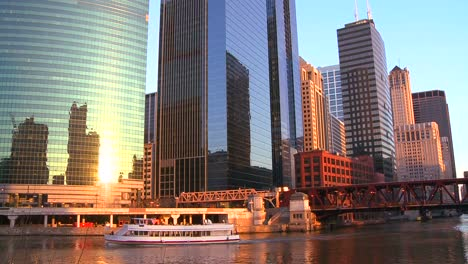 Boats-travel-on-the-Chicago-River-in-front-of-the-skyline