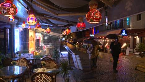La-Lluvia-Cae-Por-La-Noche-Fuera-De-Un-Café-En-Estambul-Turquía