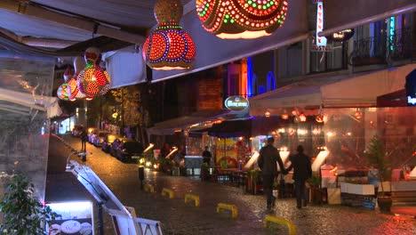 La-Lluvia-Cae-Por-La-Noche-Fuera-De-Un-Café-En-Estambul-Turquía-1