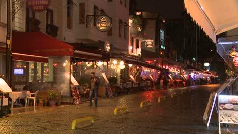 La-Lluvia-Cae-Por-La-Noche-Fuera-De-Un-Café-En-Estambul-Turquía-2