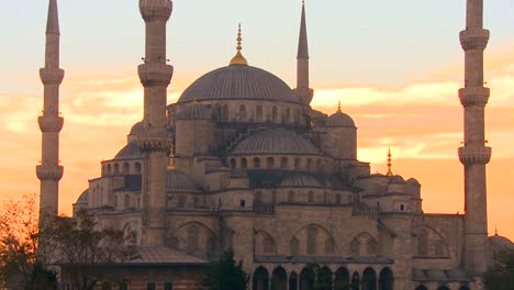 The-Blue-Mosque-in-Istanbul-Turkey-in-red-orange-sunset-light