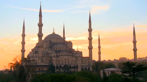 The-Blue-Mosque-in-Istanbul-Turkey-in-sunset-light