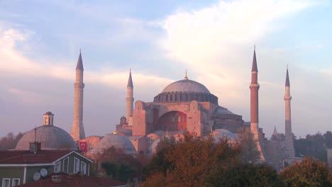 Una-Hermosa-Foto-De-La-Mezquita-De-Santa-Sofía-En-Estambul-Turquía-Al-Atardecer