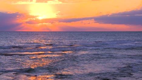 Ein-Wunderschöner-Orangefarbener-Sonnenuntergang-über-Einem-Generischen-Ozean