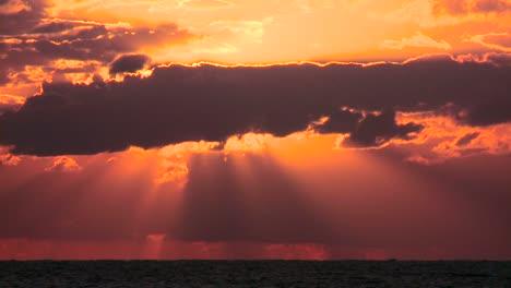 Lapso-De-Tiempo-De-Una-Hermosa-Atardecer-Naranja-Sobre-Un-Océano-Genérico