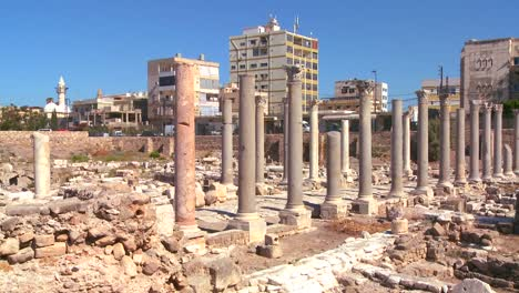 The-ancient-Phoenician-Roman-ruins-of-Tyre-in-Lebanon