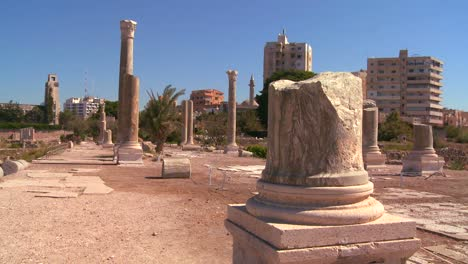 The-Roman-ruins-of-Tyre-with-the-modern-city-background