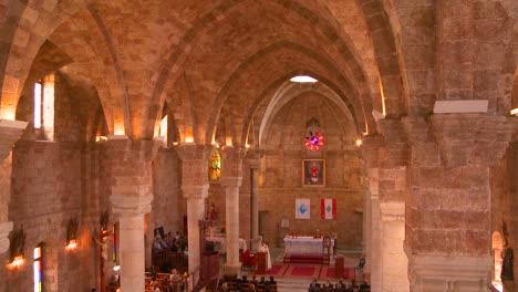 Una-Inclinación-Hacia-Abajo-Desde-El-Techo-De-Una-Iglesia-Hasta-Una-Ceremonia-En-La-Iglesia-Católica-O-Maronita-En-El-Líbano