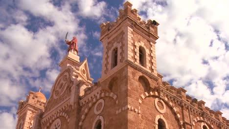 Un-Lapso-De-Tiempo-Retroceder-Mientras-Las-Nubes-Se-Desplazan-Sobre-Una-Iglesia-Católica-Maronita