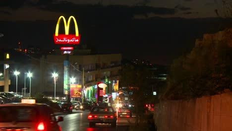 The-McDonalds-logo-in-Arabic