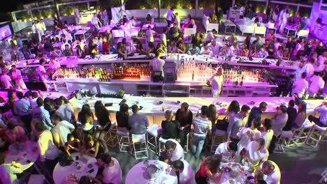 Cientos-De-Personas-Festejan-En-Una-Discoteca-Gigante-Al-Aire-Libre