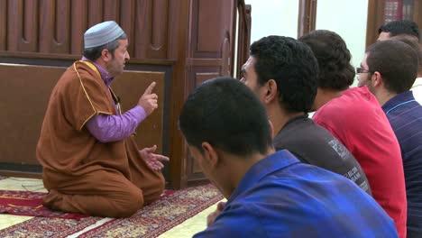 Ein-Imam-Unterrichtet-Schüler-In-Einer-Madrassa-schule-In-Beirut-Libanon-2